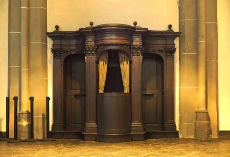 Drewniany, ozdobny konfesjonał