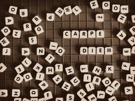 Słowo Carpie diem ułożone z rozrzuconych literek